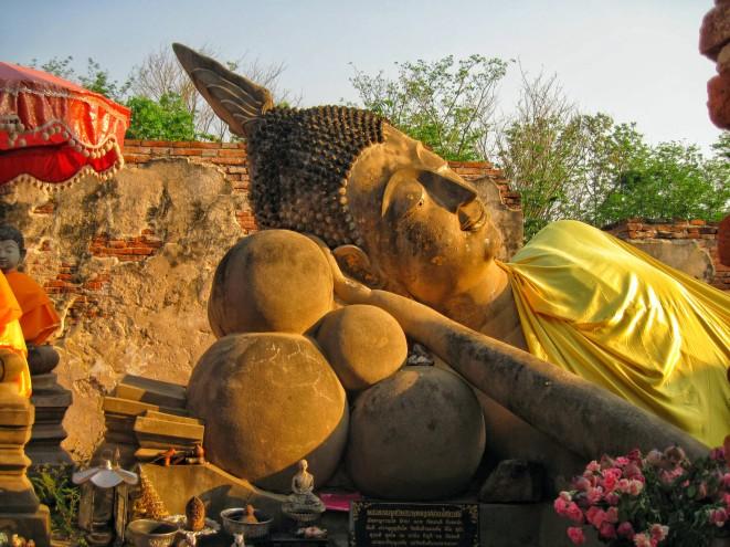 Wat Phuttai Sawan - reclining Buddha