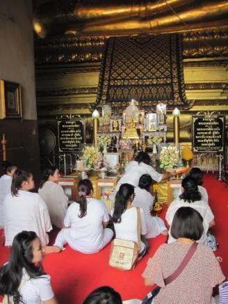 People worshipping at Wihaan Phra Mongkhon Bophit