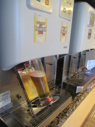 Automated draft beer dispenser