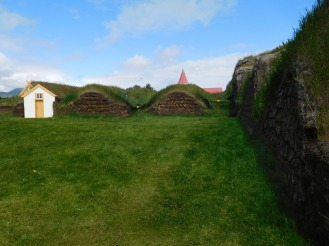 The bumps running left to right are the different rooms along the central hallway. Note that the are also dug into the ground for insulation. There is a door off of the baðstofa